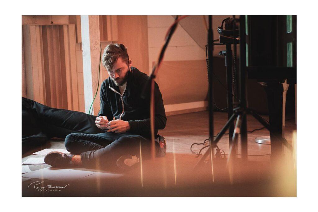 Zdjęcie Michała podczas pracy w studio