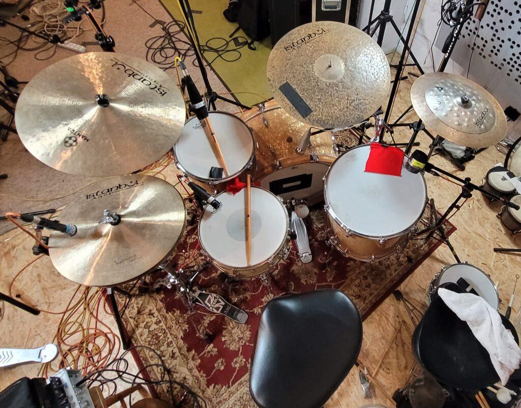 Zdjęcia perkusji Michała w warunkach studyjnych